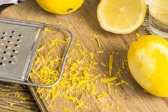 磨丝器果皮和柠檬味 免版税库存图片