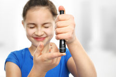 Εξετάστε τα επίπεδα ζάχαρης αίματος Πρόληψη του διαβήτη στα παιδιά Στοκ Εικόνα