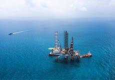 τρυπώντας με τρυπάνι παράκτια εγκατάσταση γεώτρησης πλατφορμών πετρελαίου Στοκ φωτογραφίες με δικαίωμα ελεύθερης χρήσης