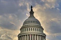 在蓝色国会大厦圆顶夜空之后我们 免版税库存图片