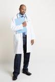 举行医疗报告的成熟印地安医生 库存照片