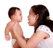 愤怒的婴孩和妈妈 库存图片