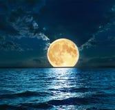 在水的超级月亮 免版税库存照片