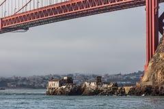 雾在金门大桥下的驻地大厦 免版税库存图片