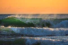 在日出的海浪 免版税库存照片