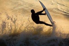 заниматься серфингом захода солнца Стоковое фото RF