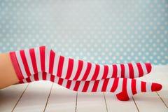 性感的圣诞老人妇女腿 免版税图库摄影