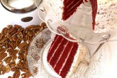 红色天鹅绒蛋糕和胡桃 免版税库存图片