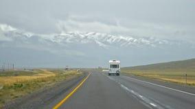 旅行往遥远的迷雾山脉在背景中 免版税库存图片
