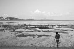 Девушка на пляже в Таиланде Стоковые Изображения