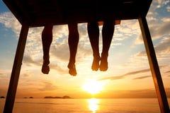 夫妇的脚在海滩的 库存照片