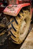 有泥的拖拉机轮胎 免版税库存照片