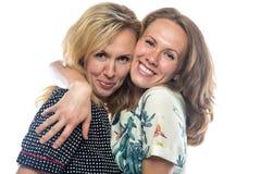 两个愉快的白肤金发的姐妹 免版税库存图片