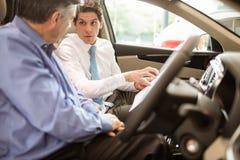 指向汽车内部的商人 免版税库存照片