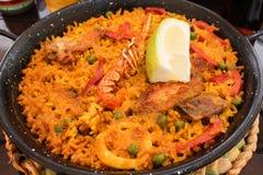 在平底锅,这的传统海鲜西班牙肉菜饭是一个典型的西班牙盘 库存图片
