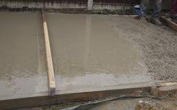 粗砺和光滑的湿水泥 免版税库存照片