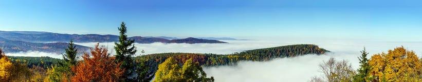 雾运动海洋在照相机下的 在阿尔萨斯的伟大的阴云密布 从山的上面的全景 免版税图库摄影