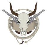 狂放的西部母牛头骨,手枪,丝带,套索商标 免版税库存照片