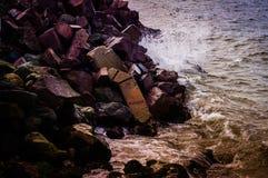 五颜六色的岩石岸 库存照片