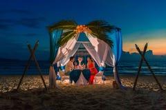 年轻美好的夫妇吃浪漫晚餐在日落 免版税库存照片