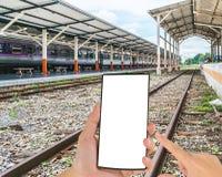 铁路线旅行通过一个火车站 库存图片
