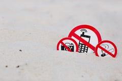 禁烟,没有照片和没有电话标志在海滩 免版税库存照片