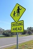 Черные и желтые дети пересекая вперед знак Стоковая Фотография RF