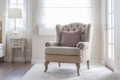 在地毯的经典椅子有枕头的 库存图片