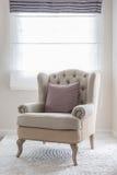 在地毯的经典椅子有枕头的 免版税库存照片
