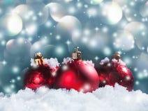 在雪的圣诞节球形 免版税库存图片