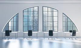 一个明亮的现代露天场所的工作场所向高处发射办公室 白色桌和黑椅子 新加坡市视图 图库摄影