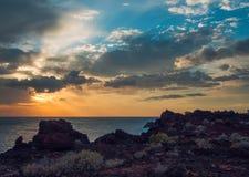 在岩石海岸的五颜六色的日落在特内里费岛 免版税图库摄影