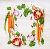 烹调的新鲜蔬菜成份,组成在白色木背景,顶视图,框架 健康的食物 库存照片