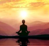 Йога и раздумье Силуэт в горе Стоковая Фотография RF