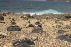 在风雨如磐的海附近的石堆 免版税库存图片