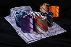许多五颜六色的领带和男式衬衫 免版税图库摄影
