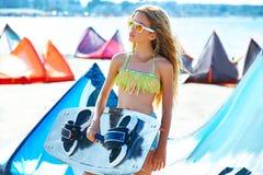 白肤金发的夏天海滩的风筝海浪青少年的女孩 库存照片