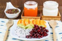 与坚果、混合果子,牛奶和红萝卜汁的巧克力格兰诺拉麦片 免版税库存图片