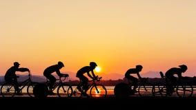 循环在海滩微明时间 免版税库存照片