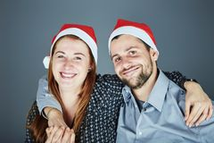 愉快的夫妇拥抱和爱圣诞节 免版税库存照片