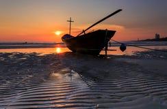 Αλιευτικό σκάφος στην παραλία κατά τη διάρκεια του ηλιοβασιλέματος, Ταϊλάνδη Στοκ εικόνες με δικαίωμα ελεύθερης χρήσης