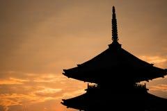 Японский силуэт виска во время захода солнца Стоковые Фотографии RF