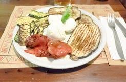 φρέσκος τηγανισμένος χορτοφάγος ντοματών κολοκυθιών πιάτων αγγουριών φασολιών Στοκ Εικόνες