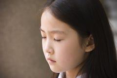 基本祈祷的女小学生 免版税库存图片