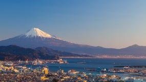 山富士和清水城市在冬天 免版税库存图片