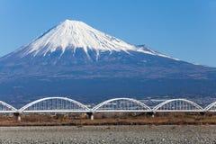 在冬天季节的山富士和铁路 免版税库存图片