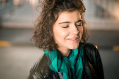 与闭合的眼睛的女孩微笑 免版税库存图片