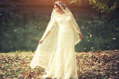 新娘室外在秋天 免版税图库摄影