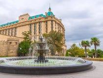 喷泉在州长的庭院里在巴库市 免版税库存图片