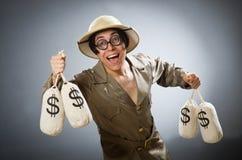 在滑稽的概念的人佩带的徒步旅行队帽子 免版税库存图片